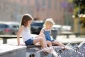 Dwie siostry, zabawy w mieście fontanna — Zdjęcie stockowe