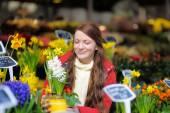 Młoda kobieta wybierając świeże kwiaty — Zdjęcie stockowe