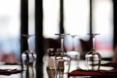 Três copos de vinho em uma tabela — Fotografia Stock