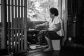 Haute femme asiatique cuisine dans cuisine — Photo
