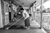 Senior asian woman Cleaning house — Stockfoto