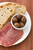 Salami with olive and bread — Stockfoto