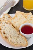 Brot mit erdbeermarmelade — Stockfoto