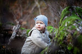 Little girl looking away in forest — Stock Photo