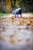 Little girl gather leaves — Stockfoto