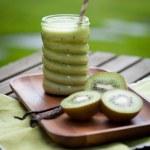 Green smoothie with kiwi — Stock Photo #74977481