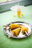 Picolés com frutas tropicais — Fotografia Stock