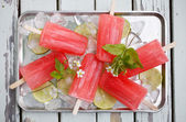 Homemade strawberry popsicles — Stock Photo