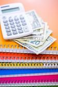 Contant geld, rekenmachine en opmerking boeken — Stockfoto