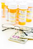 Prescription pills and dollar bills — Zdjęcie stockowe