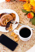 Caramel cupcake and phone — Foto Stock