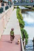Woman with dog at Cherry Creek trail — Stock Photo