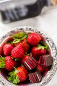 Jordgubbar och choklad tryffel. — Stockfoto