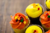 Yellow and orange Cupcakes — Stock fotografie