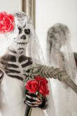 Frau mit Toten Braut Make-up zu Halloween — Stockfoto
