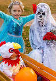 Family at Halloween night — Stockfoto