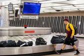 Gente de banda transportadora de equipaje — Foto de Stock