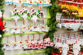 Christmas decorations on the shelves — Stok fotoğraf