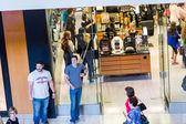 Typiska nordamerikanska gallerian på Black Friday shopping — Stockfoto