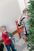 Mother and son decorating Christmas tree — Foto Stock