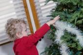 Küçük çocuk dekorasyon noel ağacı — Stok fotoğraf