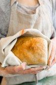 молодой пекарь с хлебом закваски — Стоковое фото