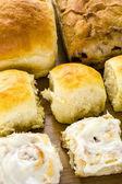 Pane a lievitazione naturale appena sfornati e panini alla cannella — Foto Stock