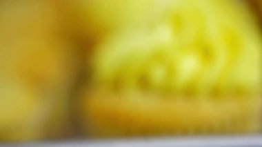 Baker putting cream on cupcakes — Vídeo Stock