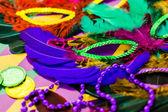 Mardi Gras süslemeleri masada — Stok fotoğraf