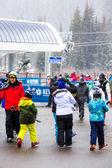 Turistas no final da temporada de esqui — Fotografia Stock