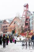 Tourists at Ski resort, end of season — Stock Photo