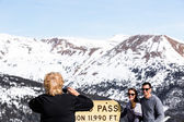 People take pictures at Loveland pass — Foto Stock