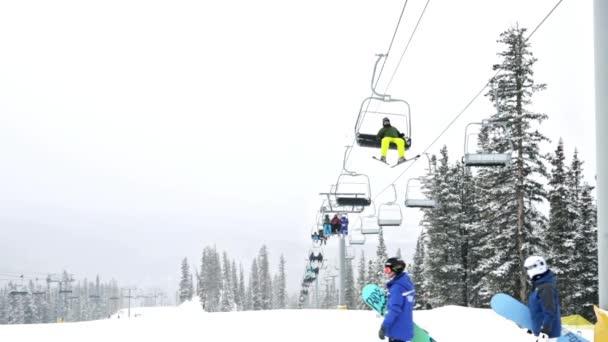 Typical weekend at Loveland pass — Vídeo de stock