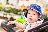 ベビーカーでかわいい幼児の女の子 — ストック写真