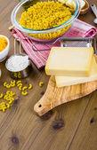 Preparing macaroni and cheese — Stock Photo