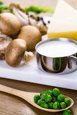 Ingrediënten voor fettuccine met romige champignonsaus — Stockfoto
