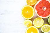 新鮮な柑橘系の果物をスライス — ストック写真