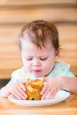 Little girl eating muffin — Stock Photo