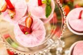 Homemade strawberry popsicles — Stock Photo