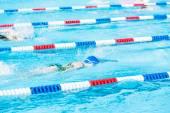 Barn simtävling i utomhuspoolen — Stockfoto