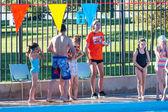 Nuoto nella piscina all'aperto per bambini — Foto Stock