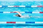 Çocuklar Yüzme yarışı Açık Yüzme havuzunda — Stok fotoğraf