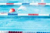 Děti plavání ve venkovním bazénu — Stock fotografie