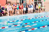 Dzieci pływackim w basenie — Zdjęcie stockowe
