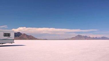 Köra husbil på Bonneville Salt Flats — Stockvideo
