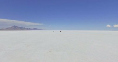 Karavan do Bonneville Salt Flats — Stock video