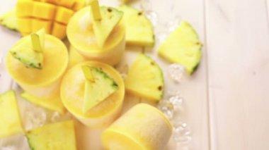 Ghiaccioli realizzati con mango e ananas — Video Stock