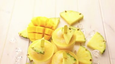 Popsicles wykonane z mango i ananasa — Wideo stockowe