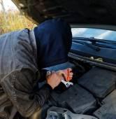 Hooligan breaking into car — Stock Photo