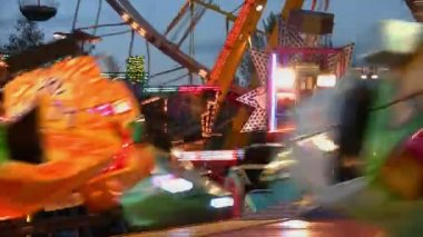 Fairground at night in city — Vídeo de stock